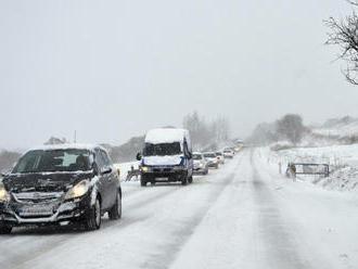 Na niektorých horských priechodoch je utlačený sneh, cestári upozorňujú aj na poľadovicu