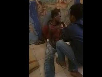 VIDEO: Policajti použili pri vypočúvaní zlodeja hada. Dali mu ho okolo krku