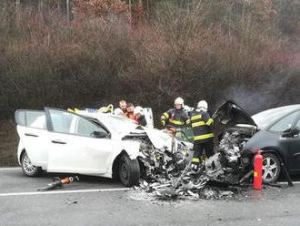 Vážna nehoda pri Veľkom Šariši. Po čelnej zrážke museli z auta vystrihovať zraneného vodiča