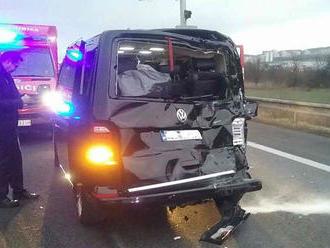 Na D2 sa zrazilo niekoľko áut a kamión, diaľnica je uzavretá
