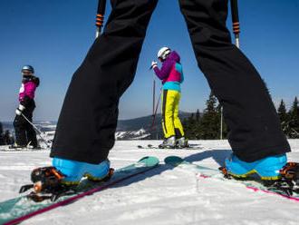 Slunce přilákalo do hor ještě tisíce lyžařů, sezona pomalu končí