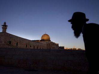 Útok v Izraeli: Zahynul jeden človek, dvaja sú v kritickom stave
