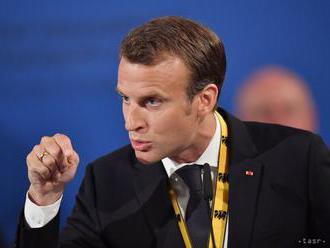 Macron odsúdil násilie, ktoré sprevádzalo demonštrácie v Paríži