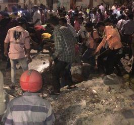 V Bombaji sa zrútil nadchod pre peších, zomreli piati ľudia