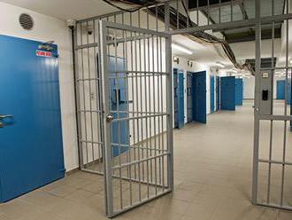 Muža z Medzan umiestnili do cely policajného zaistenia