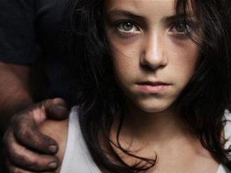 Prokuratúra trvá na stíhaní režiséra, ktorý mal zneužívať 13-ročné dievča