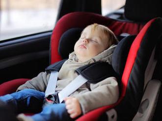 Slovenská obchodná inšpekcia varuje: V autosedačke na FOTO sa môže dieťa zadusiť, či popáliť sa!