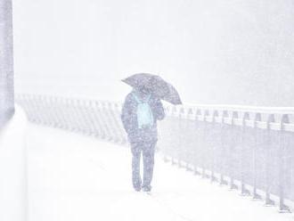 V pondelok sa výrazne ochladí, na viacerých miestach bude aj snežiť