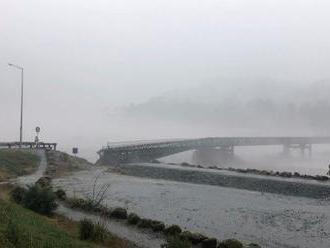 Kamera zachytila silu búrky. Na Novom Zélande strhla most