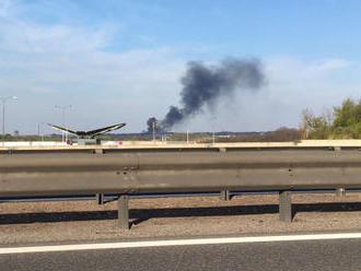 V Říčanech u Prahy hořelo obchodní centrum, zraněný hasič