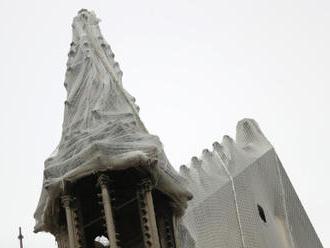 Nad Notre-Dame natáhnou plachtu na ochranu před deštěm