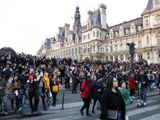 Stovky ľudí sa zišli v blízkosti Notre-Dame, spievali a modlili sa