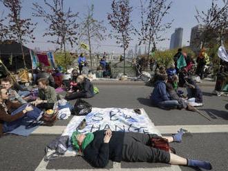 V Londýne zadržali počas protestu vyše 200 ekoaktivistov