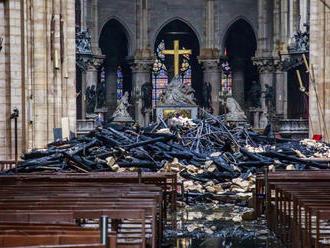 Miliardári a firmy sľúbili na obnovu Notre-Dame už 700 miliónov eur