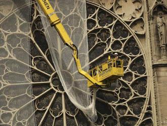 Na katedrálu Notre-Dame dajú kvôli dažďu ochranné plachty