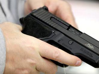 V USA otec pri menení plienky omylom postrelil dieťa aj seba