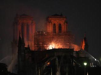Najznámejšia katedrála sveta prišla po požiari o strechu a vežu, zrúteniu hasiči zabránili