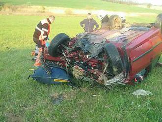 Pri nehode na Bielej hore zasahuje vrtuľník, auto ostalo na streche