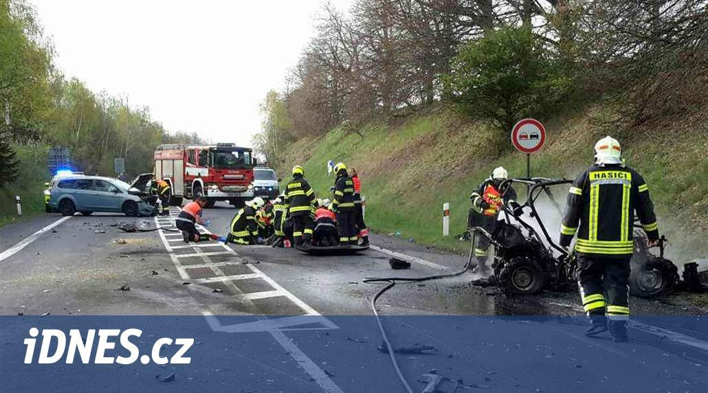 Čtyřkolka po havárii vzplála. Jeden muž zemřel, druhý je těžce popálený