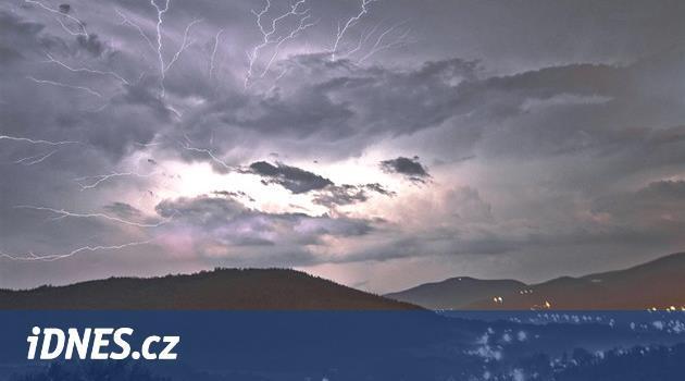Silné bouřky a vítr zasáhnou odpoledne Čechy, místy mohou padat kroupy