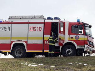 Hasiči zasahujú pri požiari bytu v Ružomberku, zranené sú dve osoby