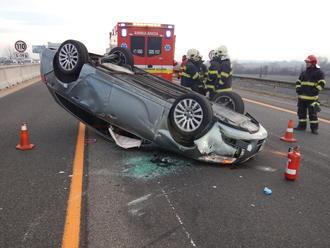 Tragická dopravná nehoda pri Veľkom Krtíši: Auto na streche, vedľa neho ležalo mŕtve telo