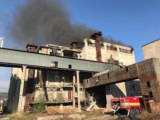 PRÁVE TERAZ Zásah hasičov v Banskej Bystrici: Bojujú s rozsiahlym požiarom v opustenej budove
