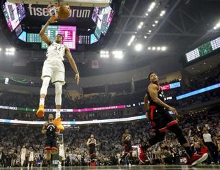 Milwaukee po drtivém závěru zahájilo vítězně semifinále NBA
