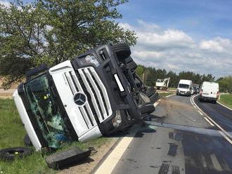 Kamion havaroval uBezděkova, skončil na boku mimo vozovku