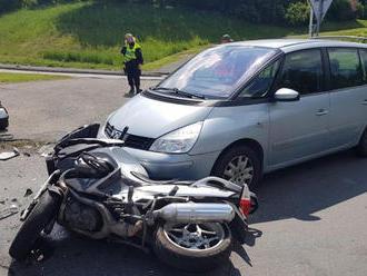 Dopravní nehoda dvou osobních automobilů a motorky zaměstnala hasiče vKladně vulici Josefa…