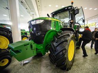 Zisk svetového producenta agrotechniky Deere v 2. kvartáli klesol