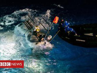 Potápěč našel v hloubce 11 km igelitový pytlík