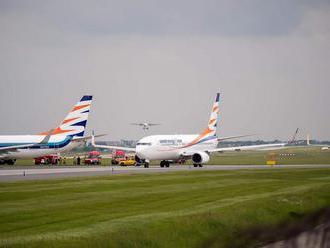 Dve lietadlá narazili do seba na pražskom letisku