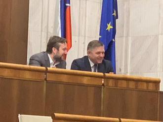 Deň po tom, ako Pellegrini kritizoval Blahu za agresívne statusy, si k nemu prisadol Fico