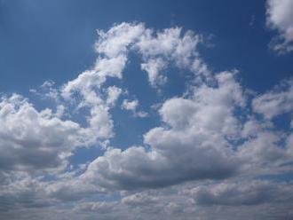Počasí se zhoupne: po velmi studených dnech přijde oteplení. O víkendu bude až 25 °C.