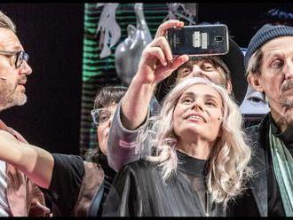 Recenze: Misantrop ve Stavovské divadle je chladná komedie o neschopnosti žít