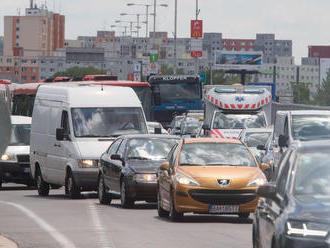 Ranná premávka v Bratislave a okolí je spomalená, tvoria sa kolóny