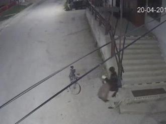 VIDEO: Ukradol vrece cigariet a hneď si aj jednu zapálil. Mal smolu, bola tam kamera