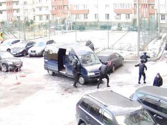 Ruská speciální jednotka chtěla zatknout řidiče, video jejího zásahu teď baví svět
