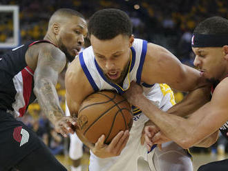 Golden State bez Duranta ovládlo prvé finále. Curry si užil bratský duel