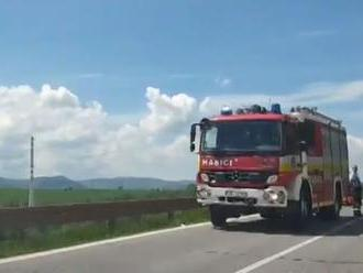 VIDEO: Pri nehode za Spišskou Novou Vsou skončilo auto na lúke
