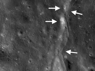 Mesiac sa scvrkáva, zistili vedci