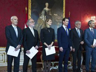 Rakúsko má oficiálne dočasnú menšinovú vládu, noví ministri zložili sľub