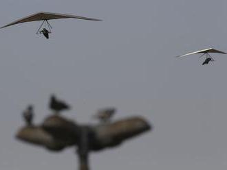 Paraglajdista padal desiatky metrov, zachraňoval ho vrtuľník