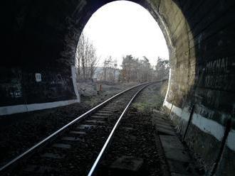 Smrteľná nehoda v Banskej Bystrici: Vlak zrazil ženu, trať je uzavretá