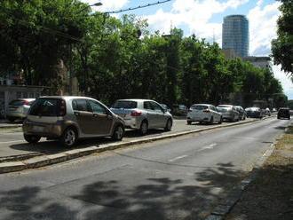 V Dúbravke a v Ružinove dali parkovacej politike zelenú, vo Vrakuni a v Starom Meste nie
