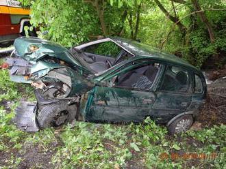 FOTO Desivá nehoda na našich cestách: Žena   narazila autom do stromu, utrpela ťažké zranenia