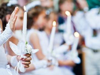 Rasizmus v trnavskom kostole? Rodičia nechceli, aby ich deti sedeli na prijímaní s rómskym dievčatko