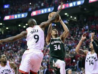 """Video: Toronto vyrovnalo stav konferečného finále NBA, hráči Milwaukee """"vybuchli"""" v defe"""