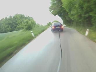Vodič bezhlavo obiehal v neprehľadnom úseku autobus